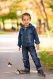 Холодный ребенк играя в парке Стоковая Фотография