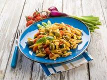Холодный салат макаронных изделий с pachino Стоковые Фотографии RF