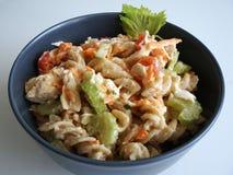 Холодный салат макаронных изделий цыпленка в сером шаре стоковое фото rf