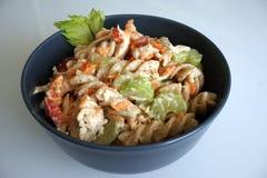 Холодный салат макаронных изделий цыпленка в сером шаре стоковая фотография