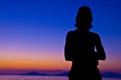Холодный силуэт захода солнца парня Стоковая Фотография