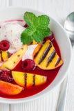 Холодный суп плодоовощ с поленикой, зажаренными нектаринами и мороженым Стоковое Изображение