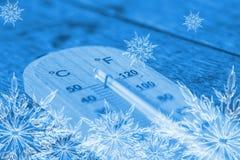 Холодный термометр с хлопь льда Стоковая Фотография