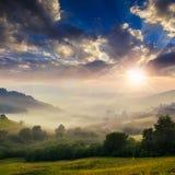 Холодный туман на горячем заходе солнца в горах Стоковые Фото
