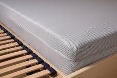 Холодный тюфяк пены на slatted рамке Стоковая Фотография RF