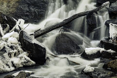 Холодный холодный ледистый скалистый водопад Стоковое фото RF