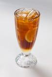 Холодный чай с лимоном и льдом в стекле Стоковые Фото