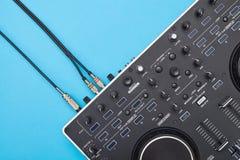 Холодный DJ обшивает панелями на голубой предпосылке стоковые фотографии rf