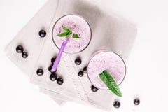 Холодный milkshake с черной смородиной на белой предпосылке, конец-вверх стоковые изображения rf