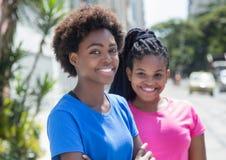 2 холодных Афро-американских подруги в городе Стоковое Изображение