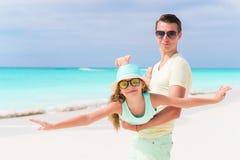 2 холодных вкусных коктеиля mohito и белых солнечные очки на белом песчаном пляже Стоковые Изображения