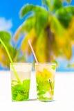 2 холодных вкусных коктеиля mohito на белом песчаном пляже Стоковое Изображение