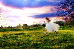 Ход платья девушки нося белый Стоковое Изображение