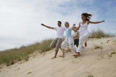 ход семьи пляжа Стоковая Фотография