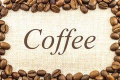 Холст дерюги мешковины и кофейные зерна установили кругом в круге Стоковое Изображение
