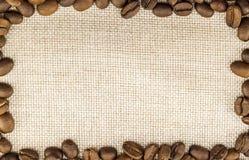 Холст дерюги мешковины и кофейные зерна установили кругом в круге Стоковая Фотография RF