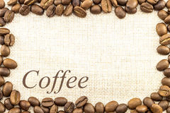 Холст дерюги мешковины и кофейные зерна установили кругом в круге Стоковые Фото