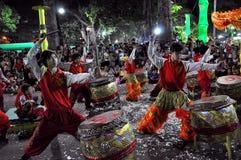 Выполнять в реальном маштабе времени во время Новый Год Tet, Вьетнам барабанщиков Стоковые Фото