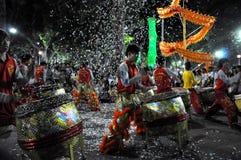 Выполнять в реальном маштабе времени во время Новый Год Tet, Вьетнам барабанщиков Стоковая Фотография