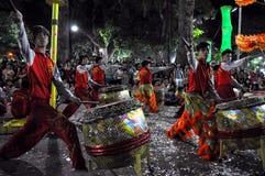 Выполнять в реальном маштабе времени во время Новый Год Tet, Вьетнам барабанщиков Стоковое Фото