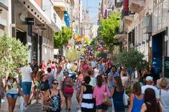 Ходящ по магазинам на улице Ermou 3-его августа 2013 в Афинах, Греция. Стоковое Фото