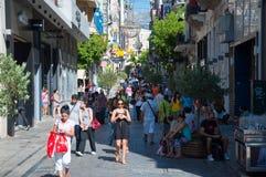 Ходящ по магазинам на улице Ermou 3-его августа 2013 в Афинах, Греция. Стоковое Изображение