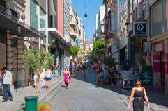 Ходящ по магазинам на улице Ermou 3-его августа 2013 в Афинах, Греция. Стоковые Фотографии RF