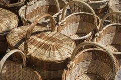 Ходящ по магазинам, плетеные корзины handmade в традиционном средневековом магазине Стоковые Изображения