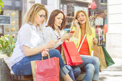 Ходя по магазинам женские друзья Стоковые Фото