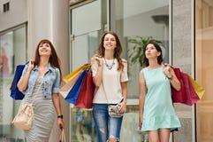 Ходя по магазинам идти на мол Стоковое фото RF