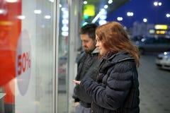 Ходя по магазинам, молодые пары и продажа Стоковые Фотографии RF