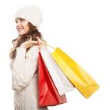 Ходя по магазинам счастливая женщина держа сумки Продажи зимы стоковое фото rf