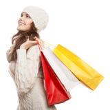 Ходя по магазинам счастливая женщина держа сумки Продажи зимы стоковое изображение rf