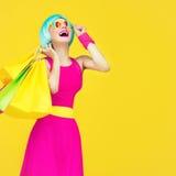 Ходя по магазинам шальная девушка Стоковая Фотография RF