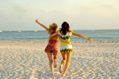 ход девушки пляжа Стоковые Изображения