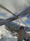 Храбрые пилоты планера вида летают на большую возвышенность над горным пиком покрытым снегом стоковые фотографии rf