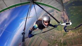 Храбрый пилот планера вида витает высоко над городком и рекой Стоковая Фотография RF