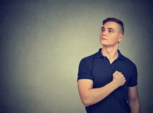 Храбрый человек с рукой на комоде стоковое изображение