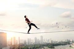 Храбрый ropewalker на кабеле Мультимедиа стоковое изображение