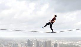 Храбрый ropewalker на кабеле Мультимедиа стоковые изображения