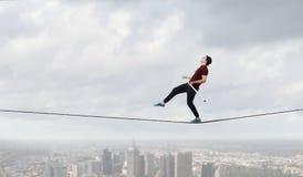 Храбрый ropewalker на кабеле Мультимедиа стоковые изображения rf