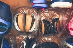 Хранение ботинка в шкафе Вторичная польза пластичных бутылок Космос сбережений стоковое изображение rf