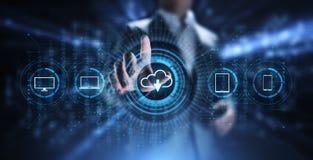 Хранение данных технологии облака обрабатывая вычисляя концепцию интернета Бизнесмен отжимая кнопку на экране иллюстрация штока