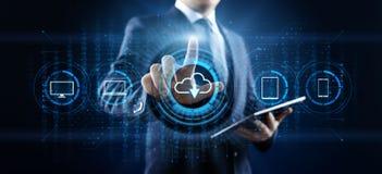 Хранение данных технологии облака обрабатывая вычисляя концепцию интернета Бизнесмен отжимая кнопку на экране иллюстрация вектора