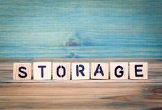 Хранение - имя от деревянных писем Предпосылка стола офиса, информативных и связи стоковое изображение