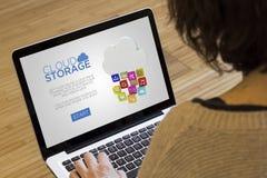 Хранение облака компьютера женщины Стоковые Изображения