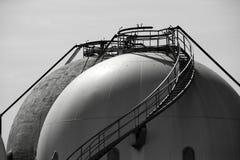 хранение рафинадного завода газа цистерны напольное стоковое фото