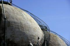 хранение рафинадного завода газа цистерны напольное стоковое изображение