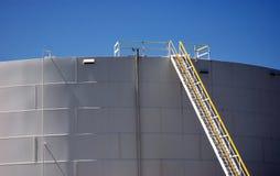 Хранение танка завода рафинадного завода с лестницей Стоковая Фотография