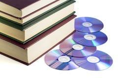 Хранители информации - книги и диски компьютера стоковая фотография